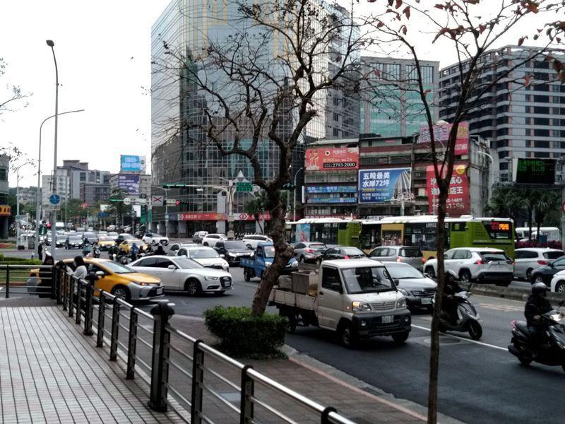 北市府表示,內湖交通仍卡在銜接國道的回堵問題,在道路面積難以增加下,除東環段、民汐線等捷運外,已無最好解方。記者林麗玉/攝影