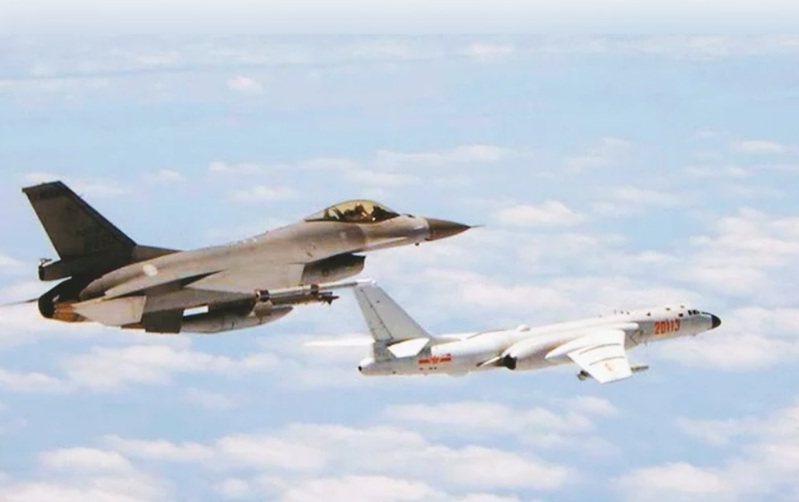 圖為我空軍F-16戰機(左)監控共機。圖/國防部提供