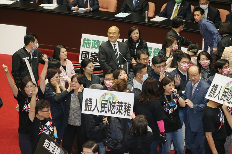 國民黨立委反萊豬,上會期發動「內臟攻擊」,行政院長蘇貞昌(中)站在立院備詢台,一度面帶微笑環視四周。本報資料照片