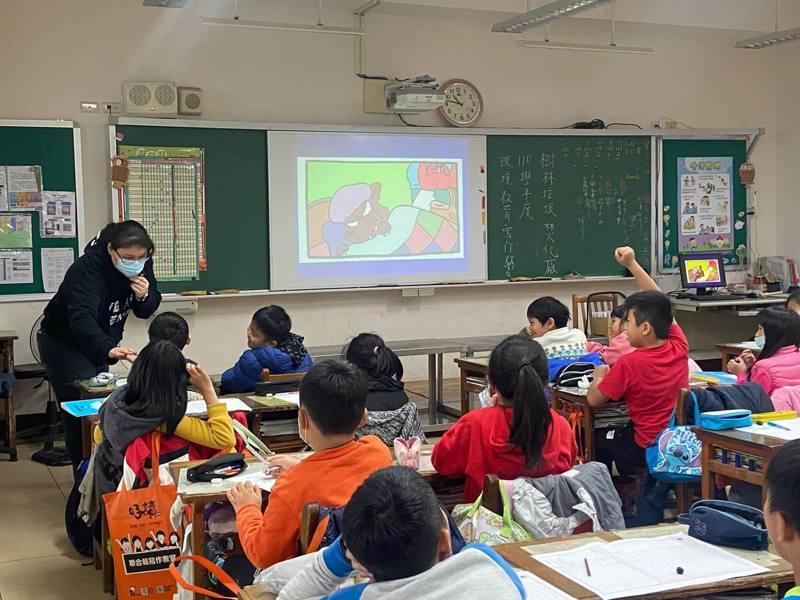 老師上課有趣,學生舉手回答問題。圖/聯合報教育事業部提供