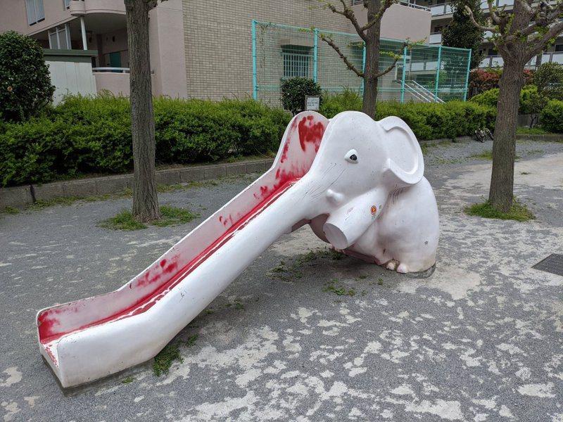 日本近日瘋傳一公園裡的兒童遊樂設施設計奇特,有大象造型的溜滑梯外型像是遭到「分屍」,造型血腥。圖翻攝自Twitter