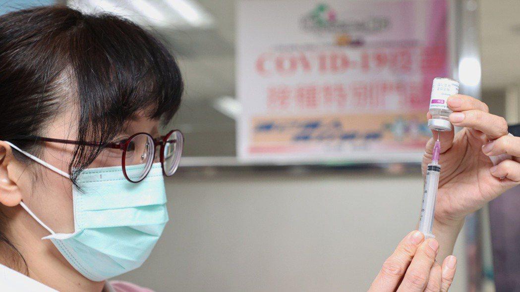 今天起開放防疫人員及高接觸風險第一線工作人員接種新冠肺炎AZ疫苗。記者侯永全/攝...
