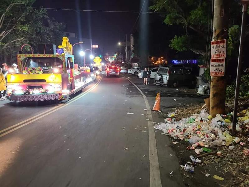 西螺鎮馬路上滿地都是信眾留下的垃圾。圖/取自爆料公社