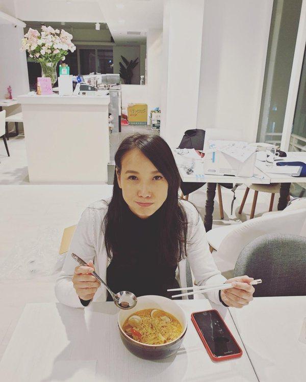 張本渝也愛美食,好心情吃出健康美味。 圖/摘自臉書