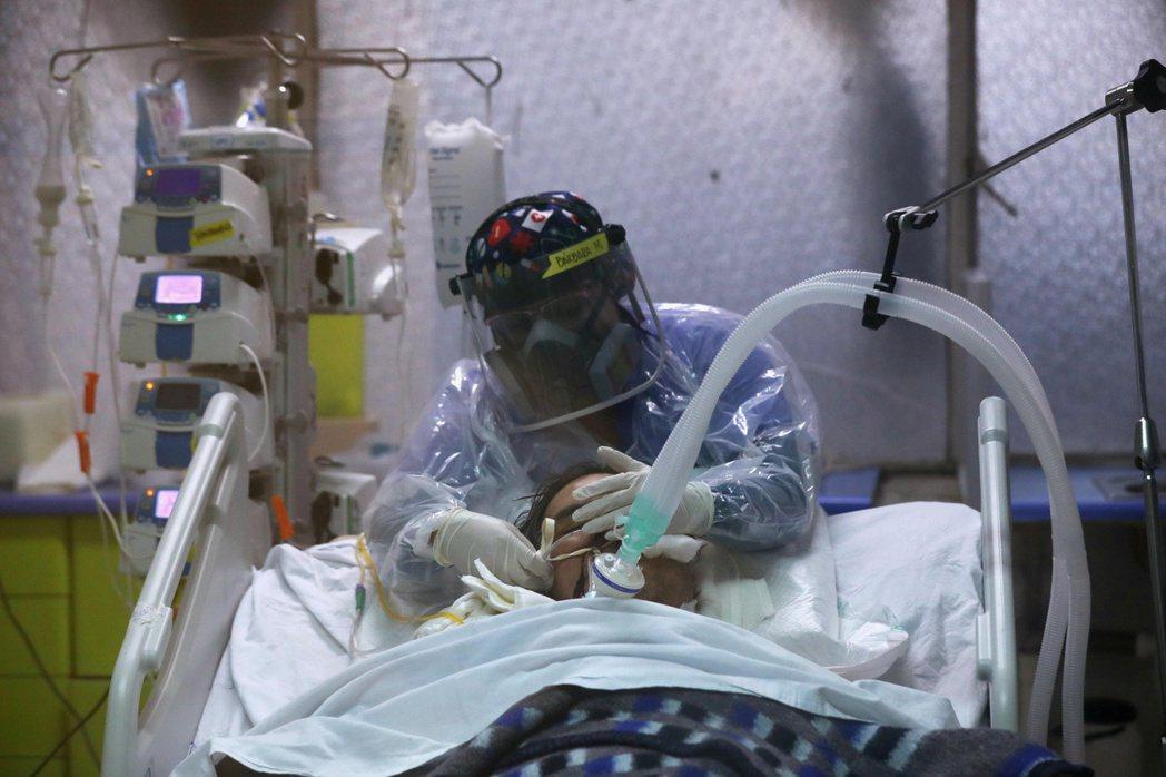 圖為的智利一家醫院,醫生正治療新管肺炎患者。 圖/路透社