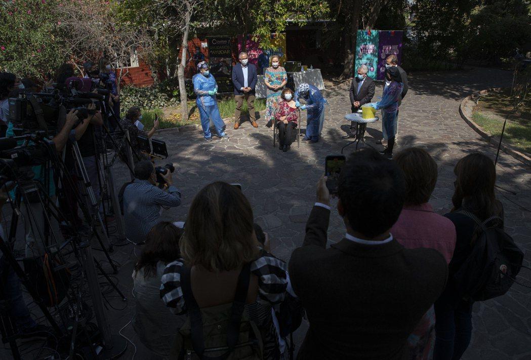 圖為3月5日,智利一家養老院的老人們接種科興疫苗。 圖/美聯社