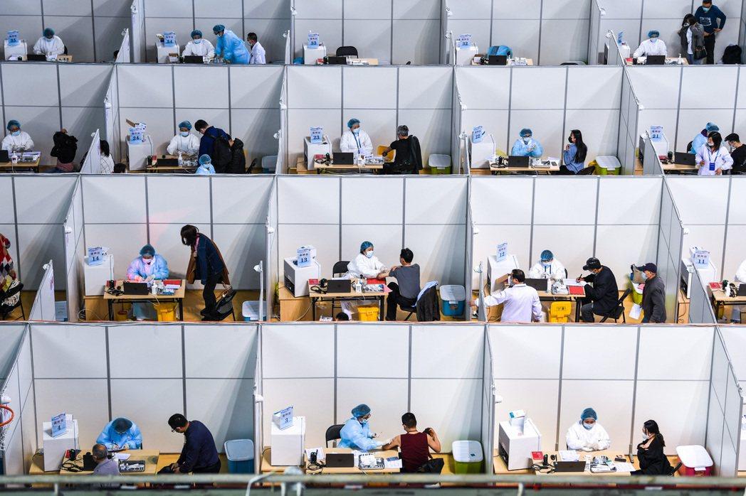 圖為4月9日,當地民眾在南京接種疫苗。 圖/新華社