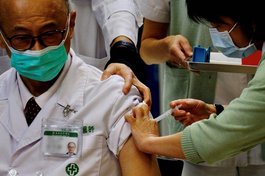 台灣第一線人員施打AZ的意願本來就低,近日血栓疑慮導致登記後棄打,施打速度緩慢。示意圖,非本文所指當事人。 圖/法新社