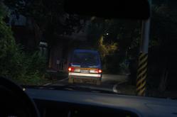 噗噗共乘載著下課的學生行駛在漆黑蜿蜒的小路。