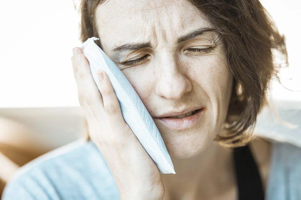 原發性三叉神經痛為偶發性劇烈疼痛,發作前毫無徵兆,說話、刷牙,甚至風吹都可能誘發...