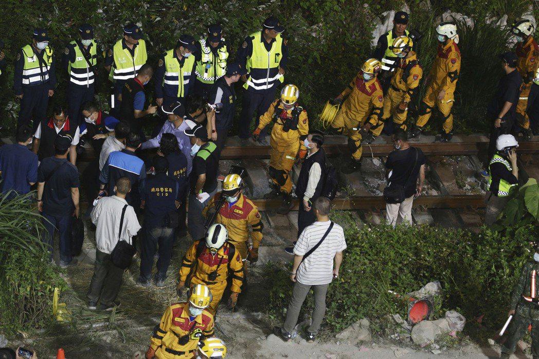 太魯閣號事故發生後,出現大量新聞報導為了搶「獨家」帶來的點閱率而不斷播放「最後畫面」、訪問死者家屬的哀戚畫面。圖為事故現場救災人員。 圖/美聯社