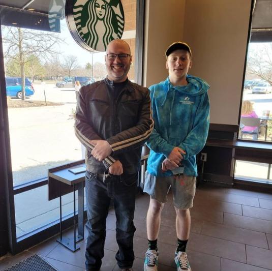 美國18歲少年(右)和前星巴克員工(左)在伊利諾伊州的一家星巴克會面,兩人上次見面時,少年剛從同一家星巴克廁所誕生。圖/取自IG@pgriffinbaron