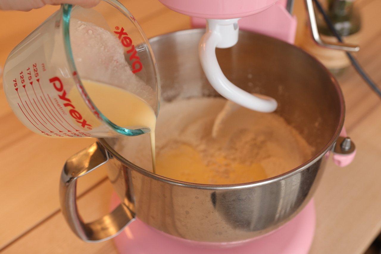 將乾性材料(鮮奶油、奶油、牛奶除外)放入攪拌盆,先用麵糰鈎稍微拌勻粉類。 圖/如...