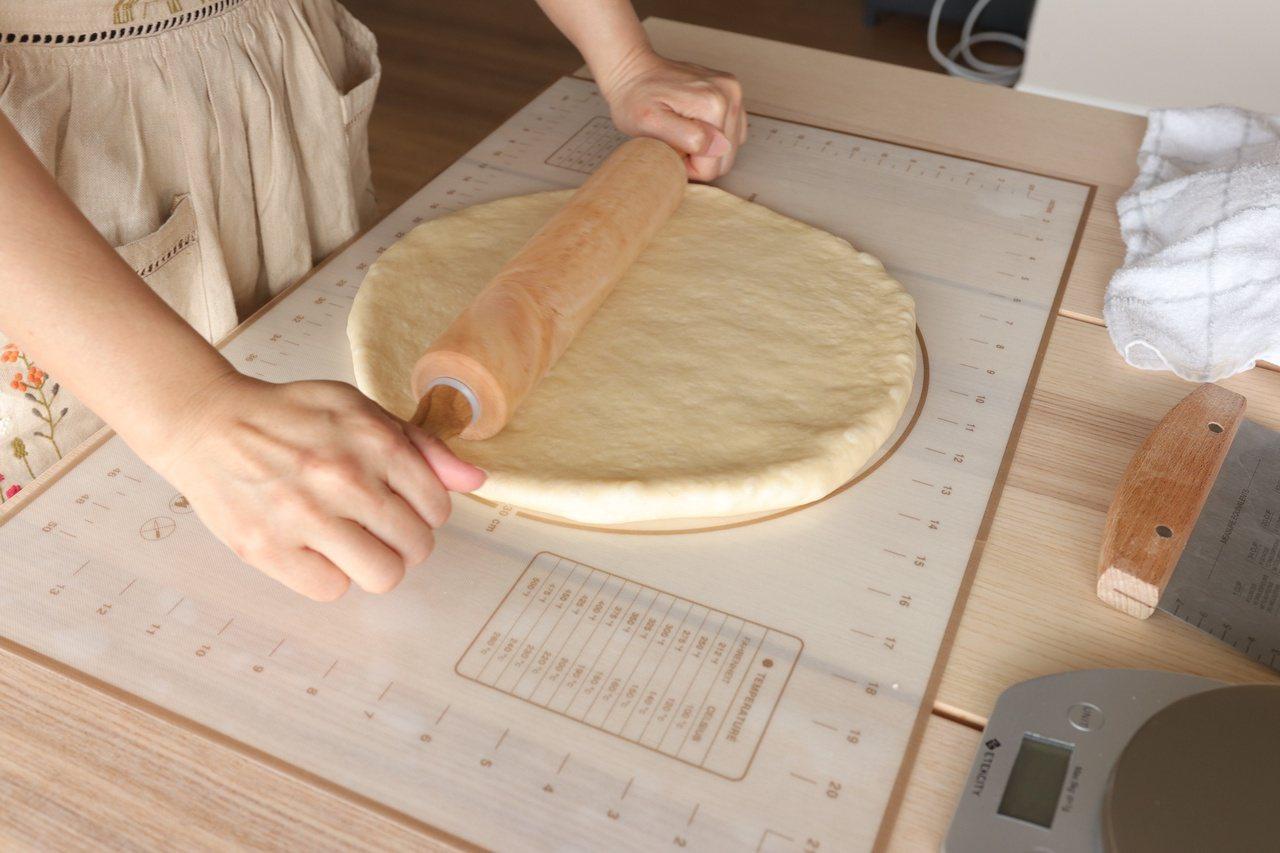 將麵糰擀壓成長36 公分的圓形。 圖/如何出版社提供