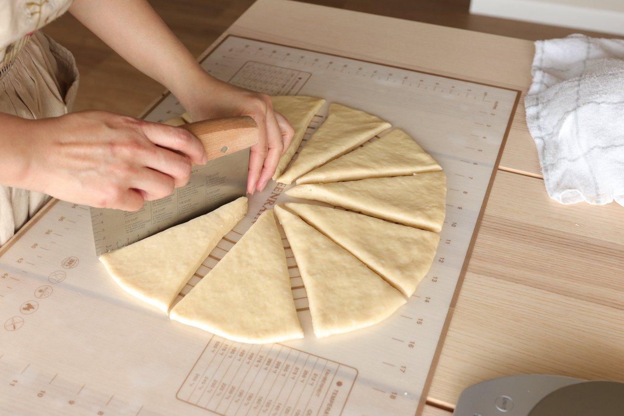 用刮刀切割成12 等份。 圖/如何出版社提供