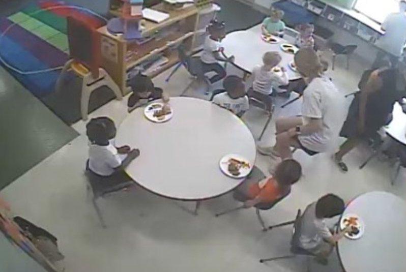 有一位父親爆料,某天用幼兒園提供的即時網路攝影機查看,竟發現非裔學生疑似被要求等白人學生吃完飯後才能用餐。 圖/《每日星報》