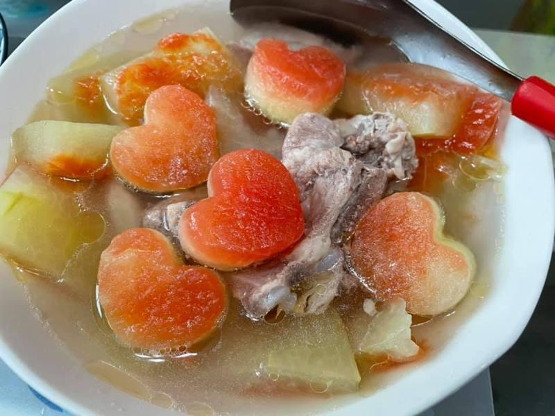 一名網友發文分享處理西瓜皮的妙招,他將西瓜皮切愛心形狀再加入排骨燉煮成湯,引起網友熱議。圖/取自Costco好市多 商品經驗老實說