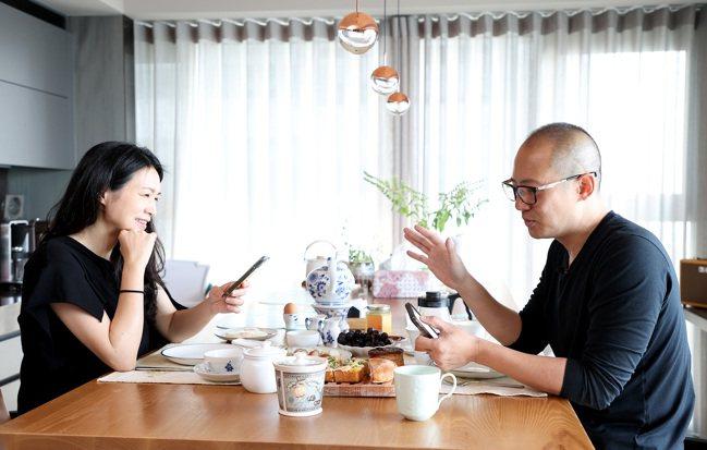 夫妻倆邊吃邊聊,一位美食專家、一位亞洲名廚,討論起抹醬可以怎麼變化、最新的餐廳排...