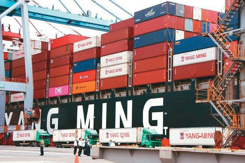 塞港、缺櫃問題看到下半年,海運價格續高,推升貨櫃航商營運。圖為陽明貨櫃輪。  (本報系資料庫)