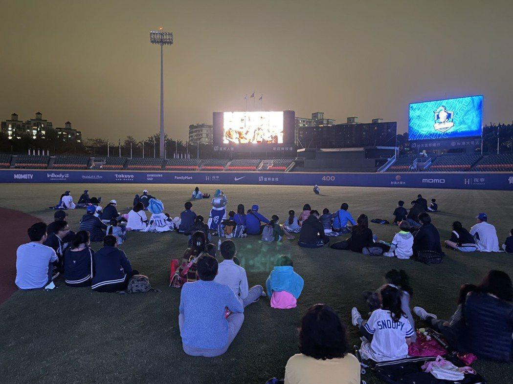 球賽結束後,進行了momomini露天電影院戶外播映,開放親子球迷們進入棒球場中...