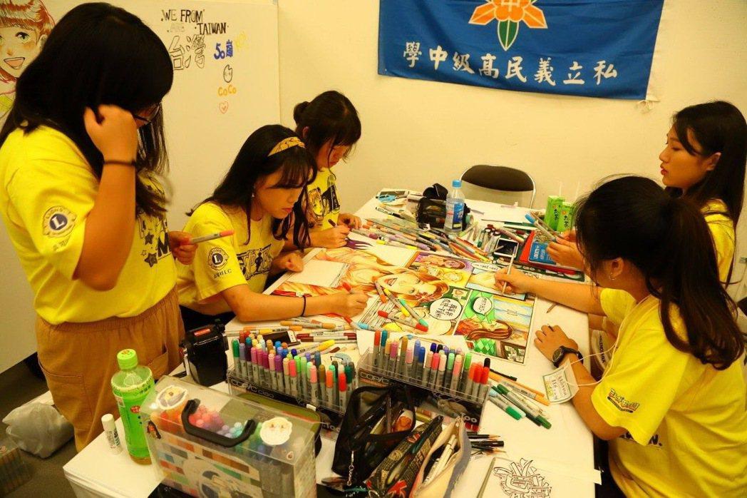 齊心參與競賽創作中的高中生。高知縣/提供