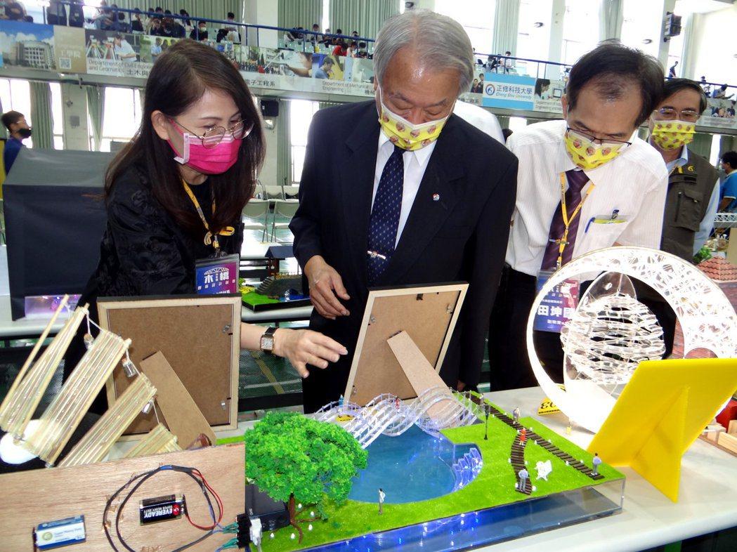 校長龔瑞璋(中)親自出席現場參觀比賽同學作品。 正修科大/提供