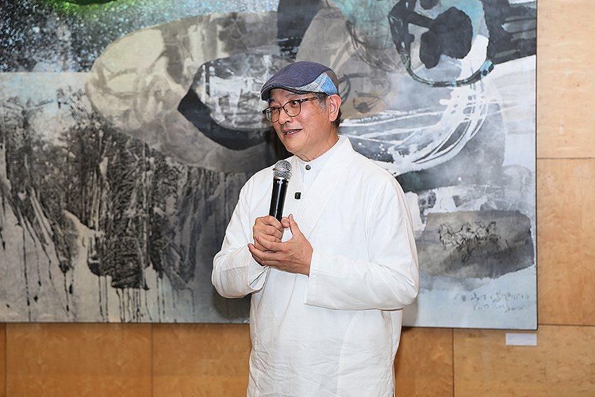 藝術家郭博州講解他的彩釉創作。 曹松清/攝影