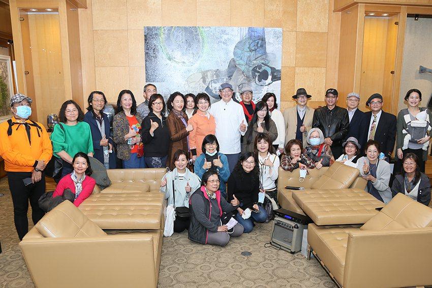 「抽象幾何之詩—郭博州彩瓷創作展」於4月10日舉辦茶會。 曹松清/攝影