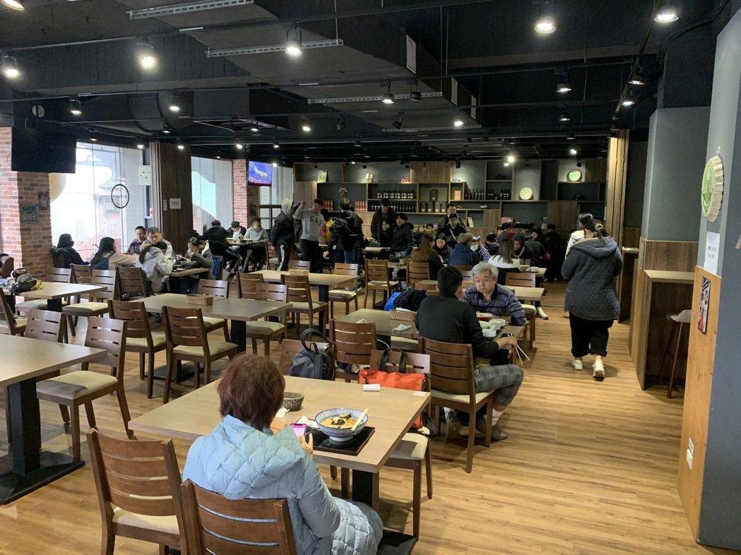 萬大花園景觀餐廳為萬能科大斥資上千萬元打造的高級實習餐廳,並由餐飲系學生一手包辦...