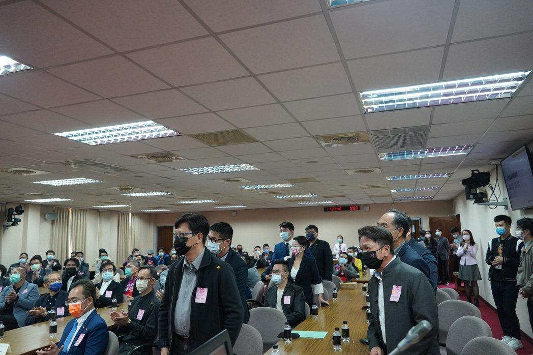 台灣省室內裝修商業同業公會聯合會理事長黃安宏〈右一〉。 游志龍/攝影