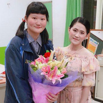 「菠蘿麵包小姐」蕭意臻(左)畢業時,獻花感謝大興高中張倍純老師的愛心指導。 校方...