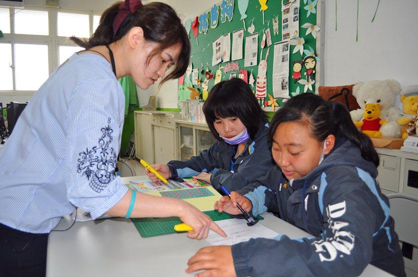 大興高中提供特教生豐沛教育資源,張倍純用點讀筆,耐心指導特教生。 校方/提供