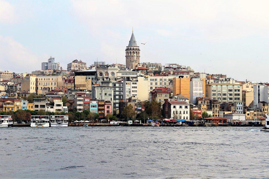 土耳其最大的城市伊斯坦堡 (Istanbul),也是世界唯一橫跨歐亞大陸的城市。伊斯坦堡橫跨博斯普魯斯海峽 (Bosphorus Strait),海峽大橋的一側屬於歐洲,另一側為亞洲;歐洲土地只佔土耳其非常小的一部分,卻是土耳其經濟、文化、商業的中心。
