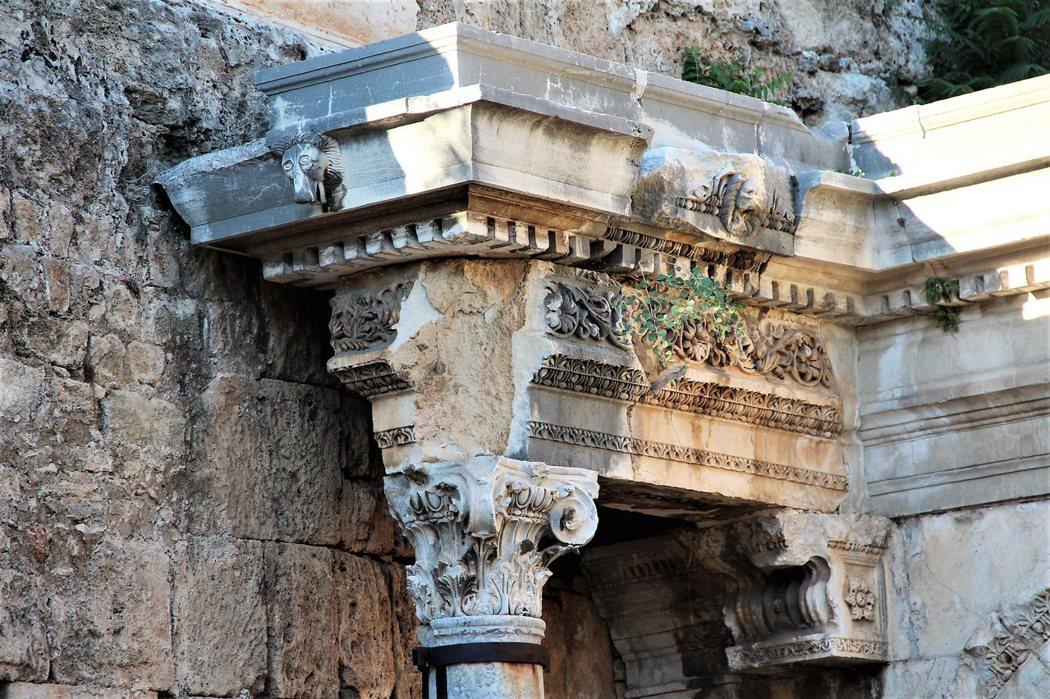 凱旋門的樑柱上,還保有精緻的花卉浮雕和可愛的獅子頭。