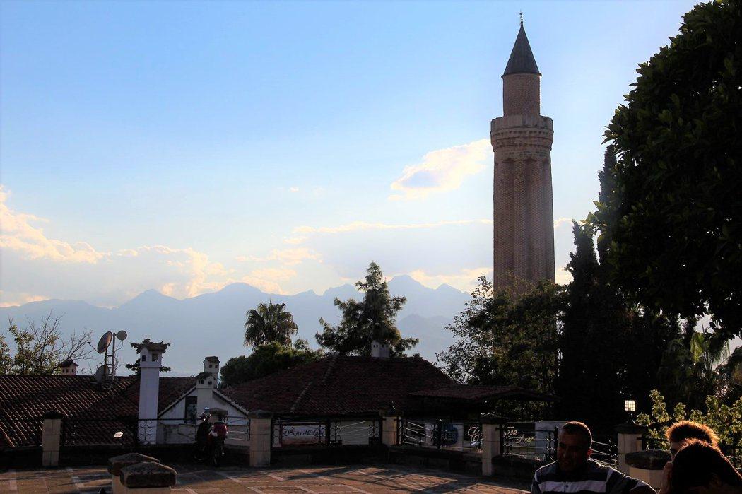 以芙利尖塔獨特的造型成為安塔利亞的象徵之一,甚至安塔利亞足球隊都以這個尖塔作為足球隊的標誌。
