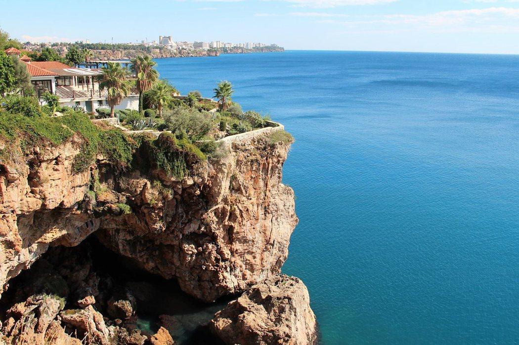 老城區並不大,卻有非常美麗的港口,彎蜒的岩石海岸線,形成獨特的景緻。