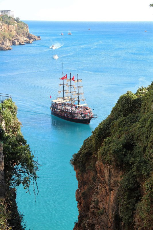 港口有許多的觀光船舶,提供遊客一覽地中海風情。