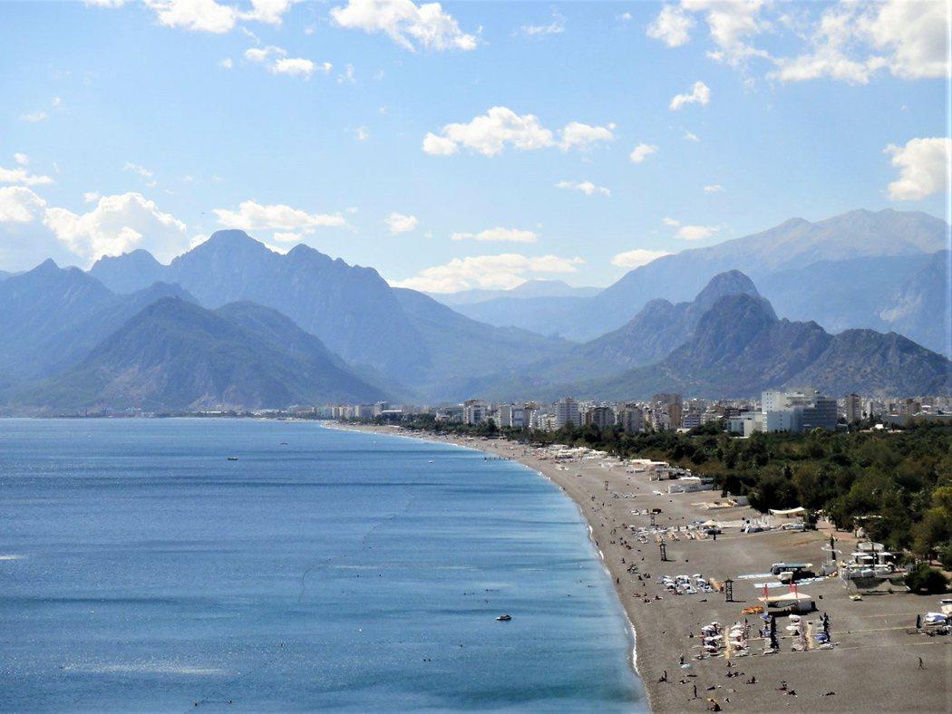 康雅爾蒂海灘 (Konyaalti) 是沙質海岸,山脈下的海灘不僅受外國遊客的歡迎,連本地人也非常的喜愛。
