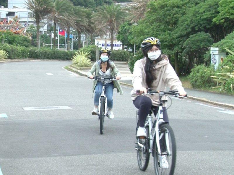 北海岸自行車道連結各個景點,欣賞綠藻礁石蓴及麟山鼻的台灣野百合等秘境。 圖/紅樹林有線電視提供