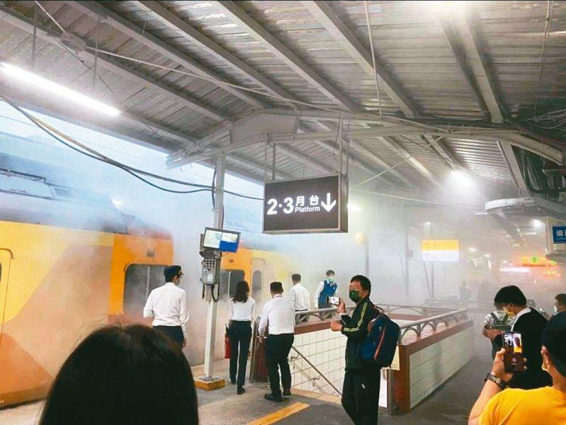 中壢火車站一輛列車底部冒白煙,引發乘客驚慌。圖/取自臉書社團桃園人桃園事