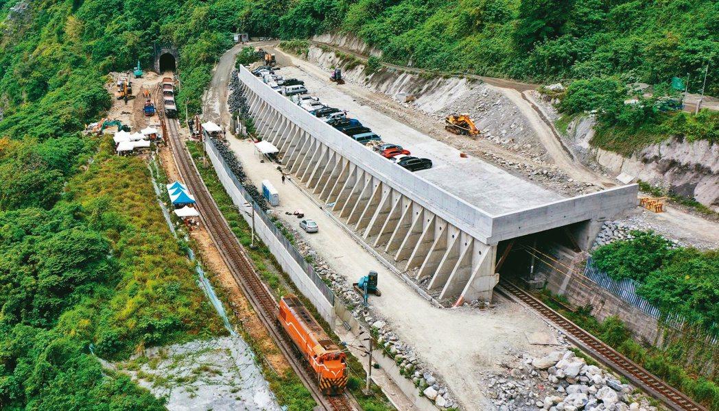 台鐵清水隧道前,西正線明隧道前方與下方,堆積廢輪胎用來阻擋落石,沒有圍籬。本報資...