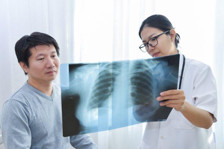 癌症已不是絕症,是一種慢性病,治療前應收集資訊。圖/123RF