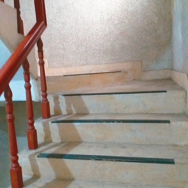 有些小型公寓大廈,雖有電梯,但從騎樓進到一樓電梯,還有幾個階梯,往往造成輪椅族的...