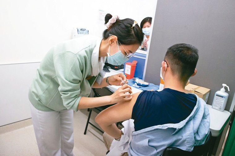 AZ疫苗開打三周,醫事人員接種意願低落,指揮中心今起擴大接種對象,希望符合資格的...