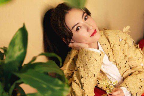 40歲香港女星張柏芝因參加大陸節目「乘風破浪的姐姐2」,再度成為網友關注焦點,在最新一集的節目裡,張柏芝當著所有人的面提問:「姐姐們到底有多喜歡我和多不喜歡我?」接著吐露深藏許久的內心話,引起網友熱...