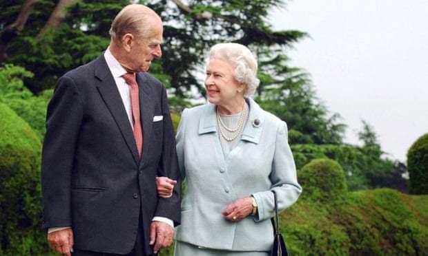 安德魯王子透露,女王將丈夫的逝世形容成「給她的生命留下巨大空洞」,不過安德魯王子也強調,王室成員「正團結起來、確保我們有給予女王支持」。美聯社