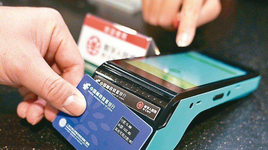 上海交通大學醫學院附屬同仁醫院員工食堂,員工利用數位人民幣「硬錢包」進行支付。圖...