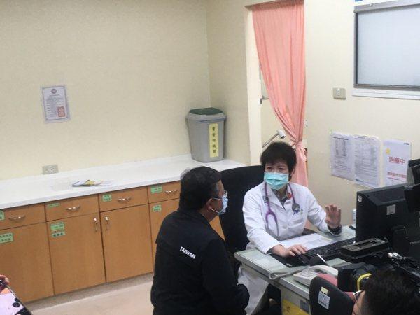 桃園市長鄭文燦今天上午8時抵衛福部桃園醫院施打疫苗。記者陳俊智/攝影