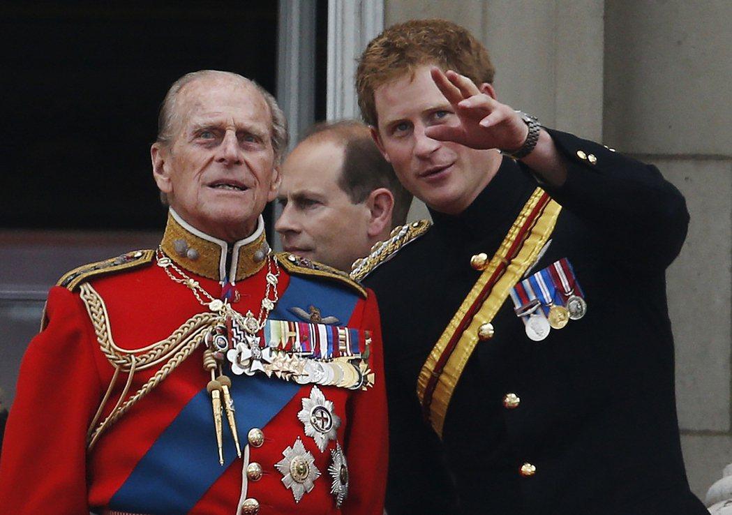 英國菲立普親王逝世,已一年「沒回家」的哈利王子目前也從加州搭機抵達英國、並且進行...