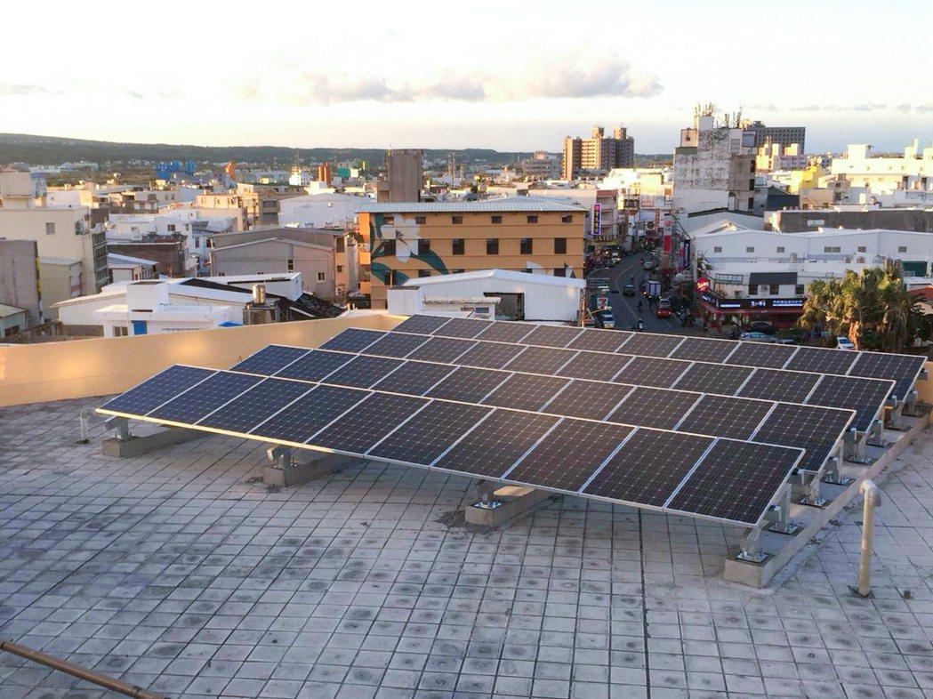 第一銀行恆春分行於2016年建置屋頂太陽能發電系統,產生的電力優先供應分行24小...